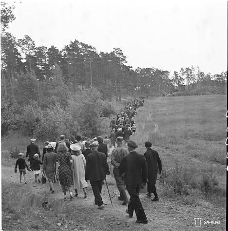 Ilmarisen uhrien muistojuhlaan matkasi tuhatmäärin omaisia kesällä 1943.