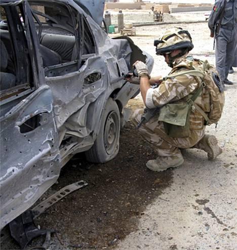 Brittisotilas tutkii itsemurhapommin jälkiä Afganistanissa huhtikuun alussa.