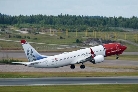 Norwegianin Boeing 737 MAX 8 -kone nousemassa Helsinki-Vantaan lentoasemalta heinäkuussa. Yhtiö ilmoitti jo aikaisemmin pitävänsä kyseisen konemallin toistaiseksi poissa käytöstä.