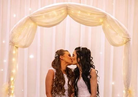 Rakas. Laki samaa sukupuolta olevien avio-oikeudesta tuli voimaan Pohjois-Irlannissa. Ensimmäisenä ennättivät naimisiin Robyn Peoples (vas.) ja Sharni Edwards Belfastissa.