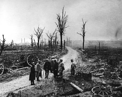 Sotilaat katselevat tuhoutunutta Verdunia joulukuussa 1916.