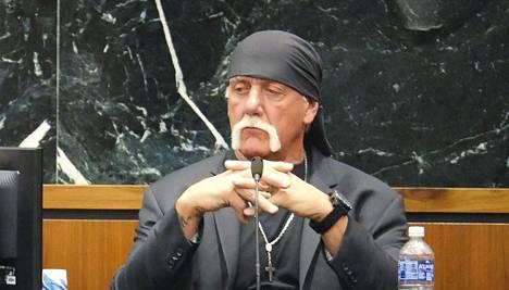 Hulk Hogan maanantaina oikeuden edessä.