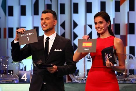 Tv-juontajat Assi Azar ja Lucy Ayoub julkistivat lehdistölle euroviisujen semifinaalien esiintymislohkot.