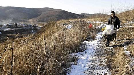 Mies kuskaa kivihiiltä kotiinsa Unkarissa lähellä Farkaslyukia, noin 200 kilometriä Budapestista koilliseen.