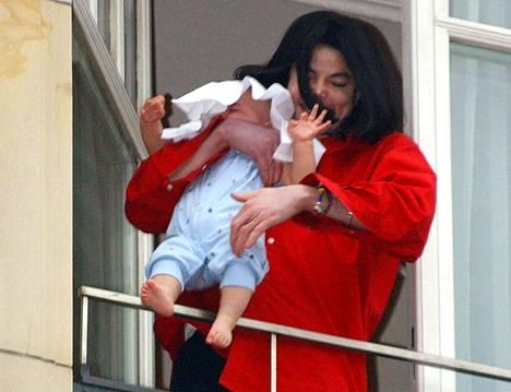 Blanket päätyi julkisuuteen vauvana rajulla tavalla, kun hänen isänsä roikotti häntä vain muutaman kuukauden ikäisenä berliiniläisen hotellin parvekkeelta.