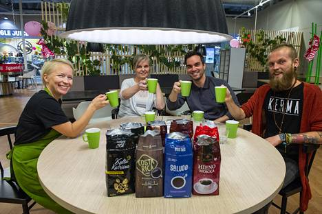 Kahdeksan suodatinkahvin testiin osallistuivat kahvia työssään paljon valmistava ravintolapäällikkö Niina Mykylä-Ek (vas.), kahvia päivittäin ainakin litran juova Marja Huovinen, italialaiseen kahvimakuun kasvanut, mutta suomalaisesta kahvista pitävä Alex Brina ja kahvin erikoismyymälä Kofeiinikomppaniassa työskentelevä kofeiinipersoona Juho Törmälä. Testipaikkana oli oululainen H2O Ideapark -ravintola.