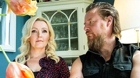Mari Perankoski ja Jouni Hynynen elävät taiteilija-arkea, jota värittää roisi huumori.