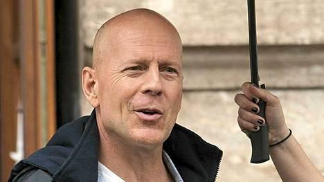 Tuore isä, Bruce Willis, kuvaa uutta Die Hard -elokuvaa Unkarissa.