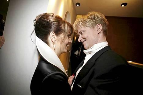 Kuhertelua vuoden 2007 Linnan juhlien jatkoilla. Pari päivää myöhemmin pariskunta juhli häitään.