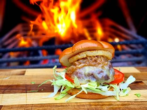 Hiidenveden Grillin menusta löytyy burgereita moneen makuun.