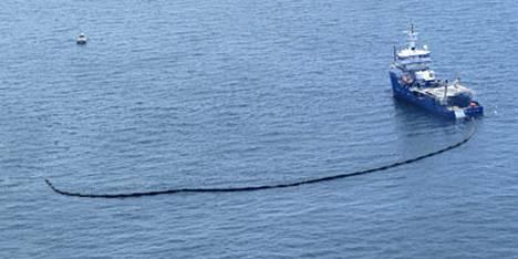 Yhdysvaltain rannikkovartioston alukset ovat yrittäneet estää öljyvuodon leviämistä rannikon suuntaan.