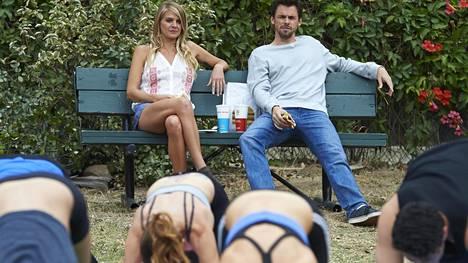 Alex (Tommy Dewey) hakee Casual-sarjassa satunnaisia suhteita.