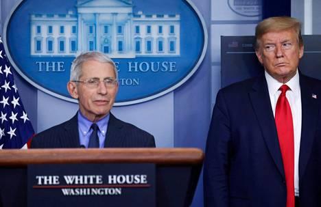 Anthony Fauci ja Donald Trump yhteiskuvassa huhtikuun 17. päivänä.