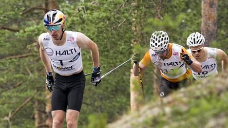 Niskanen (vas.) jäi sunnuntain 16 kilometrin kisassa toiseksi. Maastohiihdon ykköstähden perässä Joni Mäki (11) ja Juuso Haarala (10).