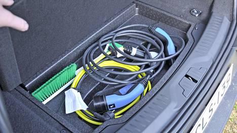 Sähköauton latausjohdot kulkevat tyypillisesti mukana autossa. Kotilataajat käyttävät myös nopeammin käsillä olevaa kiinteää johtoa.