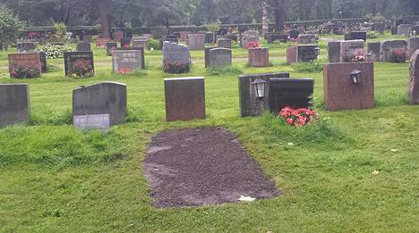 Malmin hautausmaan salaperäisin hauta. Tuore multa, tyhjä kivi.