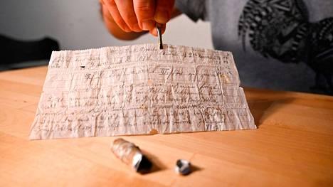Pellolta löytynyt alumiinikapseli ja sen sisällä ollut kirje.