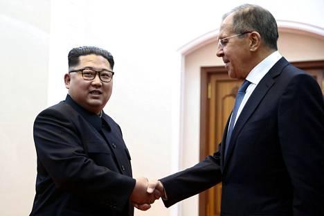 Venäläistoimittajat pääsivät tutustumaan pikaisesti Kim Jong-unin tiluksiin Pjongjangin ulkopuolella, kun Venäjän ulkoministeri Sergei Lavrov vieraili torstaina Pohjois-Koreassa.