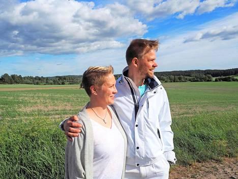 Maunon morsianehdokas Henriikka ja Antti-Jussin morsianehdokas Juulia rakastuivat toisiinsa.
