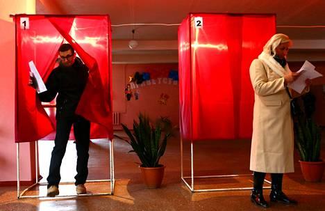 Donetskin niin sanotussa kansantasavallassa kerrottiin viralliseksi äänestysaktiivisuudeksi hieman reilut 80 prosenttia ja Luhanskissa 77 prosenttia.