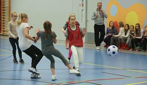 Tyttöjen liikkuminen on huolenaihe monessa paikassa. Kuvassa tytöt pelaavat futsalia Keski-Palokan koulussa.