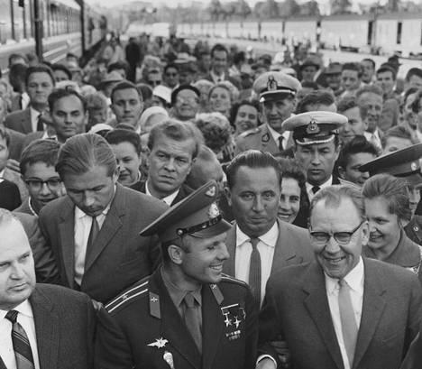 Juri Gagarin (edessä keskellä) saapui Helsingin Rautatieasemalle kesäkuussa 1961 vain pari kuukautta avaruuslentonsa jälkeen. Häntä vastassa oli valtava joukko innostuneita suomalaisia.
