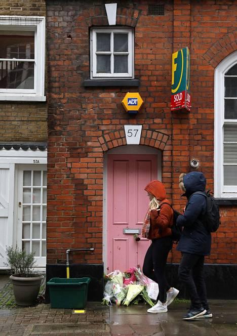 Caroline Flackin kotitalon edusta täyttyi ruusuista ja muistokorteista.