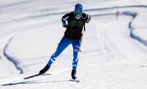 Suomen hiihtomaajoukkueen hiihtäjät harjoittelivat lisähappimaskeilla Val Senalesin leirillä 2015.
