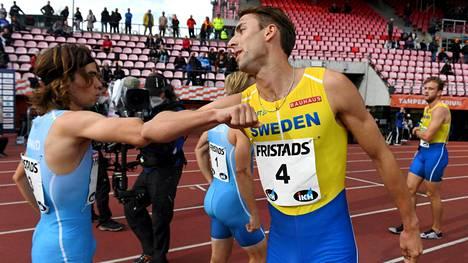 Santtu Heikkinen (vas.) onnitteli Ruotsin puolimaileritähteä Andreas Krameria Ratinassa koronatyyliin toissa viikonloppuna.