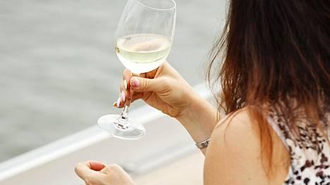 Viini ehtyi helsinkiläisestä ravintolasta viime maanantaina. Etenkin roseeviinin suosio on tänä kesänä näkynyt niin ravintoloissa kuin Alkossa.
