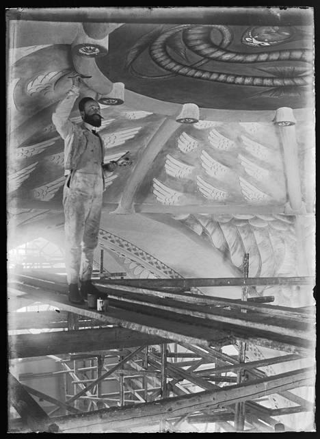 Hugo Simberg maalaa käärmettä kirkon kupoliin. Suurtyötään varten hän matkusti Italiaan tutustumaan vanhoihin freskomaalauksiin.