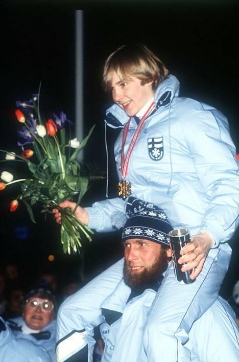 Juha Mieto kantoi tuoretta maailmanmestaria Matti Nykästä harteillaan Oslossa vuonna 1982.