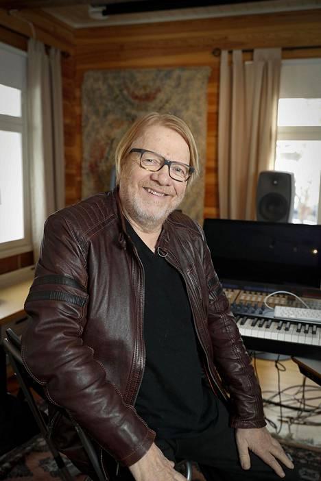 –Olin nuorena haaveillut näyttelemisestä, mutta ennen Kummelia en ollut näytellyt, kertoo Heikki Silvennoinen.