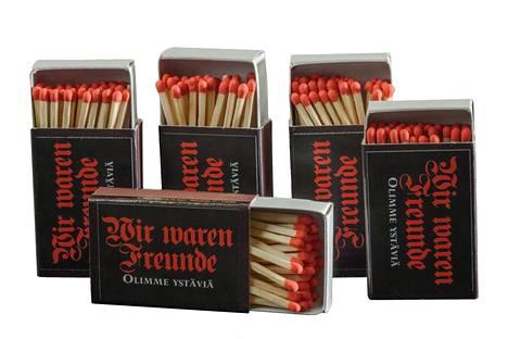 Näillä tulitikuilla markkinointiin Lapin maakuntamuseon näyttelyä, joka kertoo ajasta ennen Lapin sotaa.