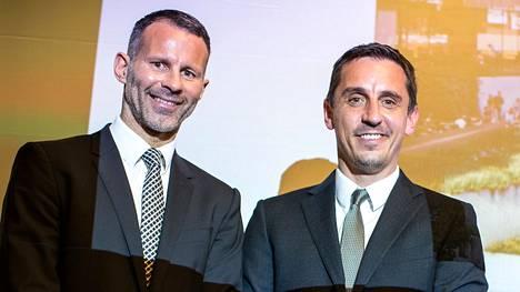 Manchester Unitedin entiset huippupelaajat Ryan Giggs (vas.) ja Phil Neville ojentavat auttavan kätensä koronakriisissä.