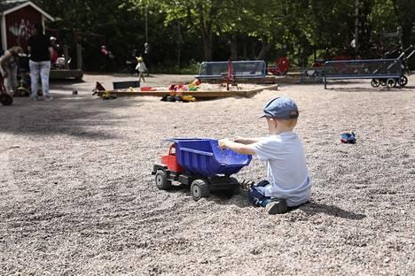 Stefan Ignatev, 3, leikkii Haruspuistossa Vuosaaressa.