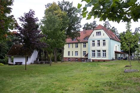 Merkelin lapsuudenkoti sijaitsee kaupungin laitamilla havumetsän reunalla. Kasnerin perhe asui talon yläkerrassa.