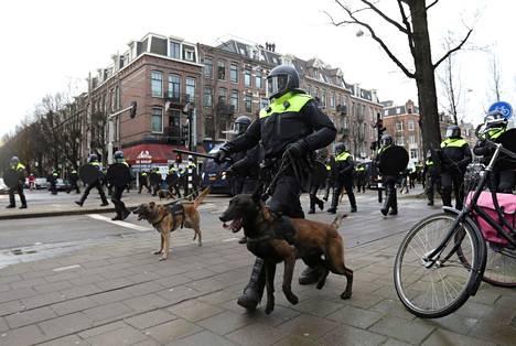 Poliisikoiria käytettiin mielenosoituksen hajottamisessa.