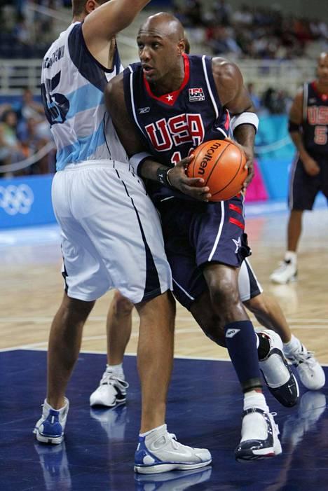 Lamar Odom ajaa Argentiinan korille Ateenan kesäolympialaisissa vuonna 2004.