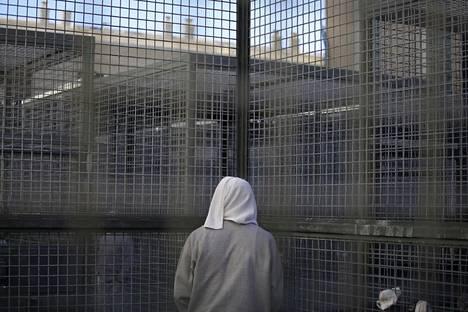 Vanki seisoo aidan edessä San Quentinin vankilan pihalla. Pahimmillaan vankilan vangeista jopa 700 on odottanut samanaikaisesti teloitusta.