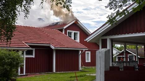 Omakotitalon kattorakenteet syttyivät tuleen Oulussa.