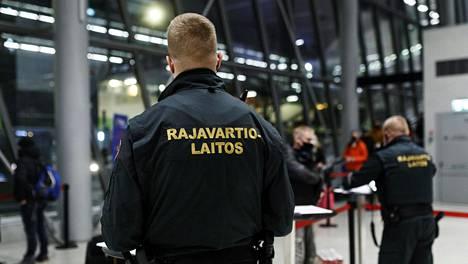 Rajavartijat tekivät maahantulotarkastusta Tallinnasta saapuville matkustajille Länsiterminaalissa Helsingissä 26. tammikuuta 2021.