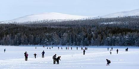 Ulkoilu ja hiihtäminen Lapin kauniissa maisemassa ovat ilmaisia eivätkä rasita kukkaroa.
