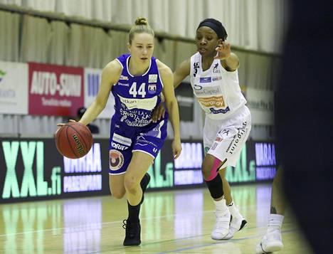 Peli-Karhuja edustanut Linda Lehtoranta (vas.) kamppaili Catzin Valencia McFarlandia vastaan naisten Korisliigan viidennessä finaalissa Lappeenrannassa 27. huhtikuuta 2018.