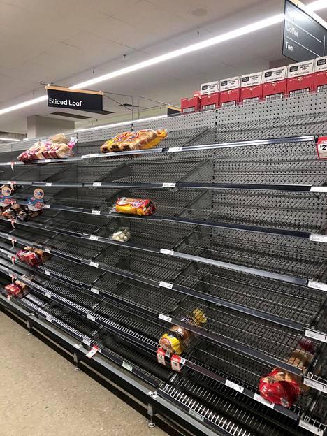 Leipähyllytkin olivat tyhjentyneet QV-ostoskeskuksen Woolworths-ruokakaupassa Melbournessa hamstraamisen vuoksi.