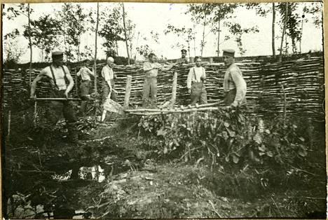 Rintamalla suomalaisten ensimmäinen sijoituspaikka oli Missejoella suomaastossa. Suojarakenteet oli tehtävä puista kasaamalla maata niitä vasten.