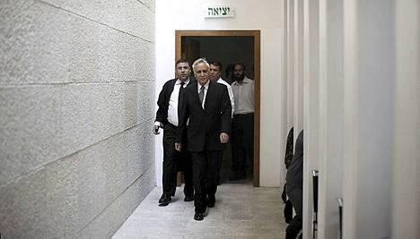 Vankilan kalseat seinät tulevat tutuiksi Moshe Katsaville (kesk.).