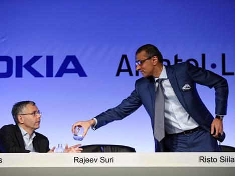 NOkian toimitusjohtaja Rajeev Suri ojensi Alcatel-Lucentin toimitusjohtaja Michel Combesille vettä Pariisissa vuosi sitten huhtikuussa