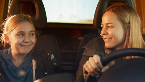 Linnea Skog ja Paula Vesala esittävät Selma Vilhusen kirjoittamassa ja ohjaamassa elokuvasta tytärtä ja äitiä.