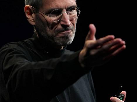 Steve Jobs loi oman, vahvan tyylinsä myös mustan poolopaidan avulla – ja jäi ihmisten mieleen.